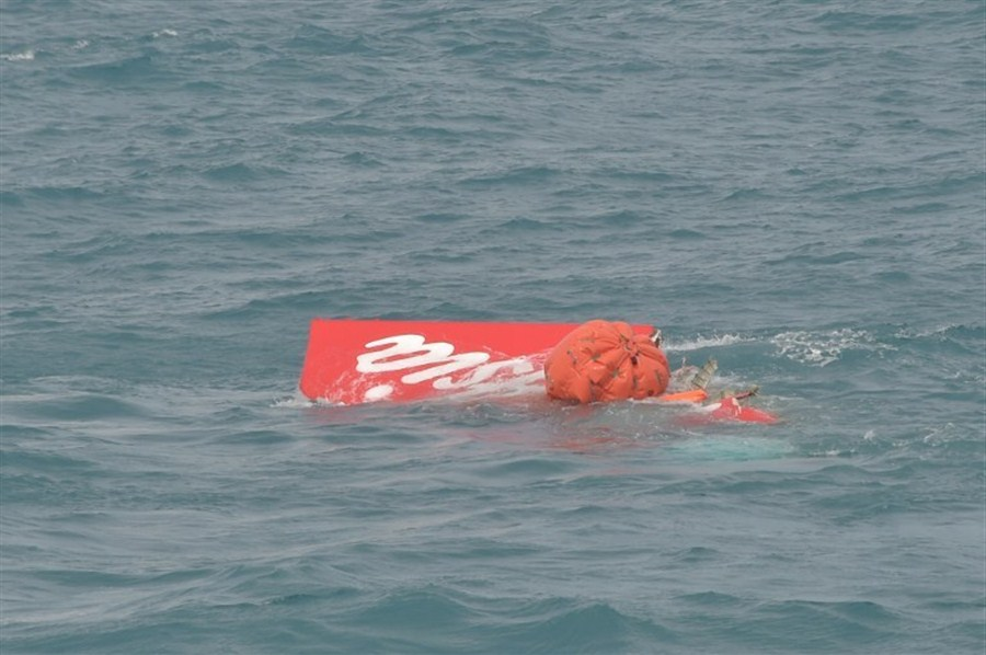 Tail of crashed AirAsia plane lifted to surface