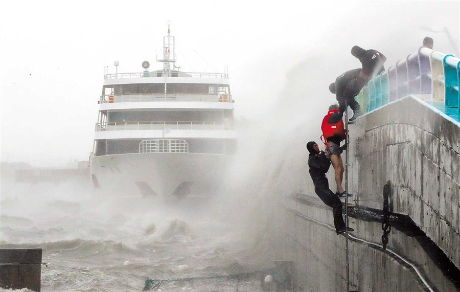 Main port in South Korea closed down by typhoon