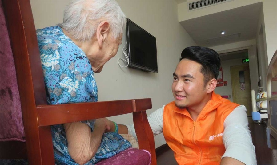 Singer comforts patients through their final days