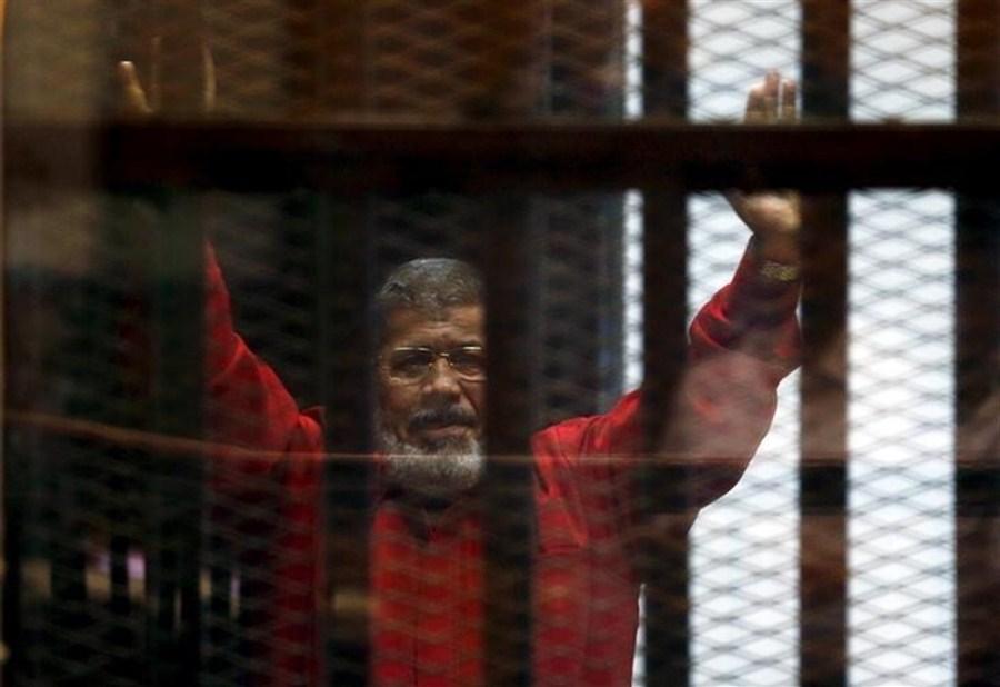 Egypt court overturns Morsi life sentence