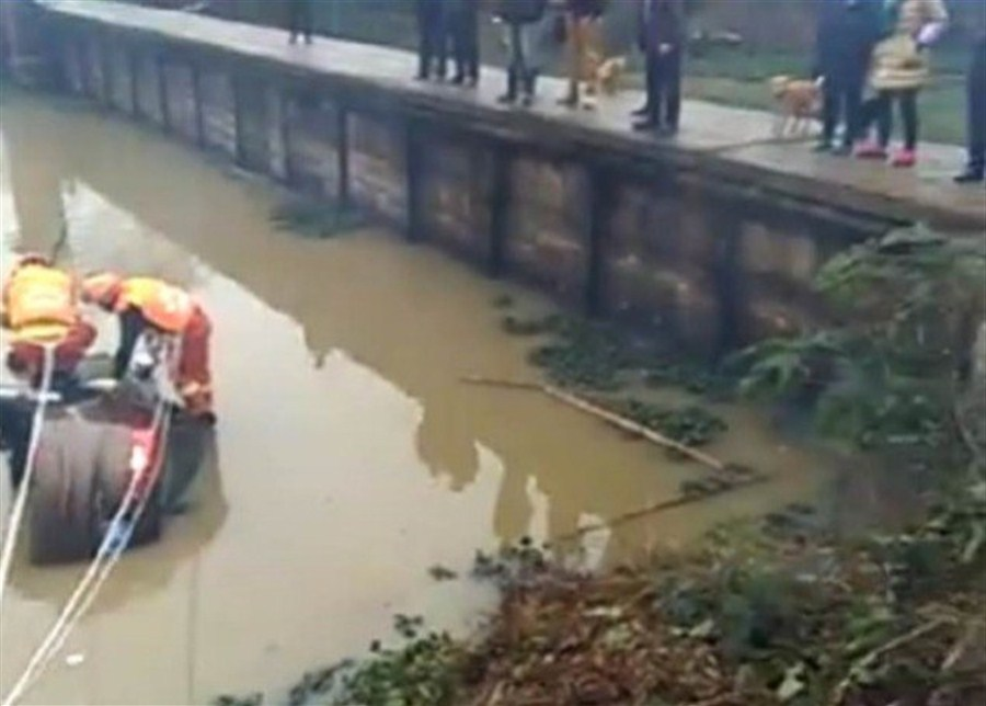 5 died after car tumbles into canal in central China