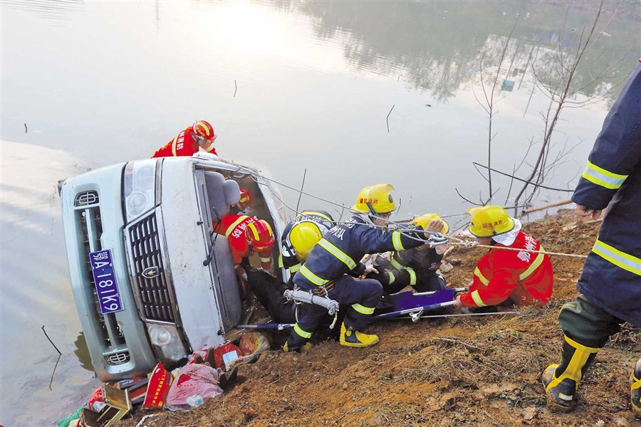 Bus plunges into lake, 18 killed