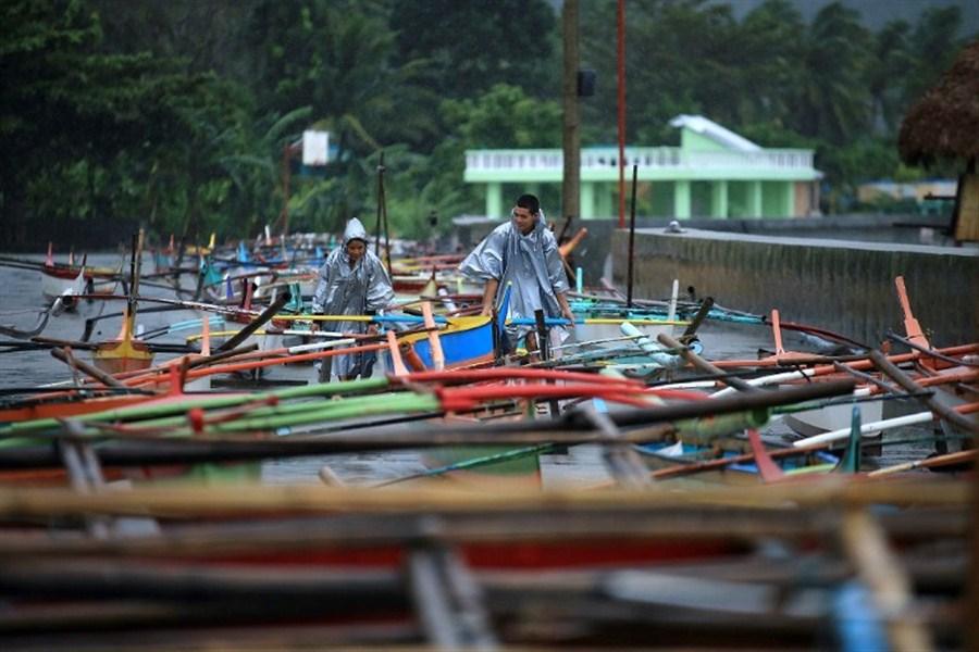 Powerful typhoon batters Philippines