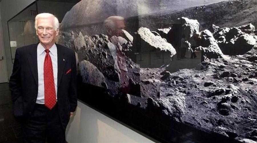 Last moonwalking astronaut dies