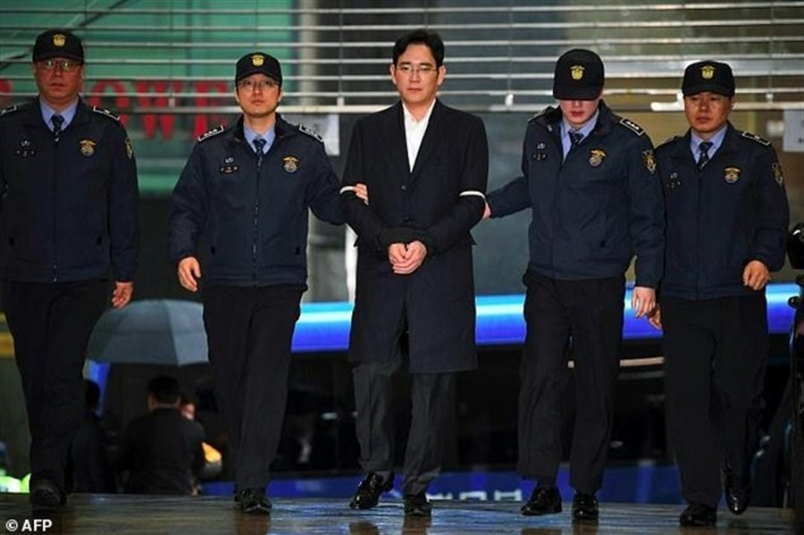 Samsung heir indicted for bribery, embezzlement