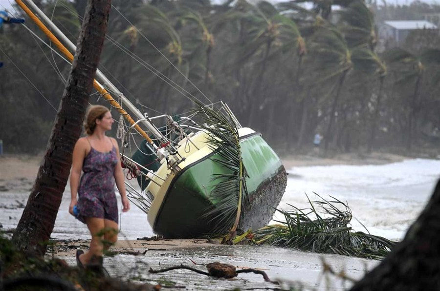 Cyclone Debbie rips off roofs and flings boats onto rocks in Australia