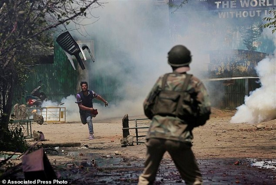 100 Kashmiri students hurt in anti-India protests