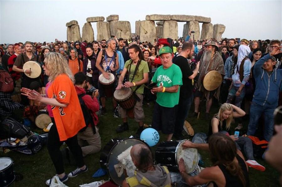 Stonehenge revellers celebrate summer solstice