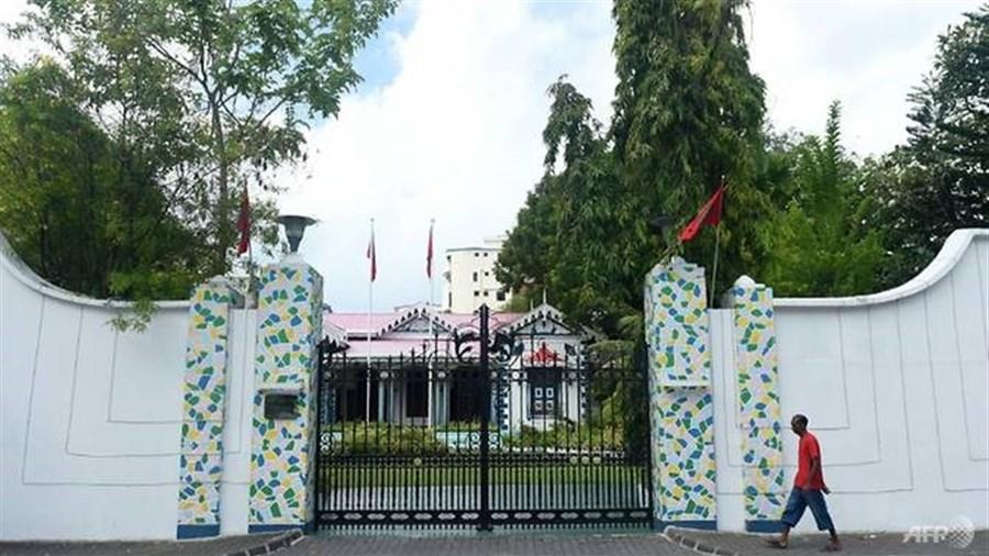 Maldives troops blockade parliament as crisis worsens