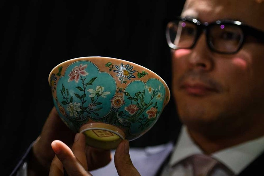Qing Dynasty bowl set for record price