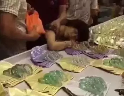 Woman faints in horror after breaking $44000 jade bracelet in jewelry store