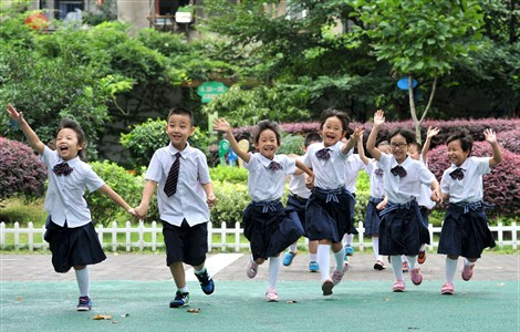 Five pairs of twins, all first graders at Chibi Road Primary School in Nanjing, capital city of Jiangsu Province, run on campus to celebrate the start of a new chapter in their young lives. Millions of students across the country started a new semester today. --Xinhua