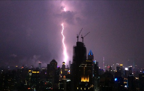 A lightning bolt flashes through the Shanghai sky last night. — Huang Yihuan