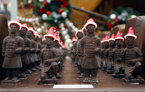 About 300 chocolate soldiers with Santa hats are on display at the Shangri-la Hotel in Xi'an yesterday. Ten cooks used 100 kilograms of chocolate to create mini replicas of the terra cotta soldiers of the city's most famous tourist attraction ahead of the Christmas season.