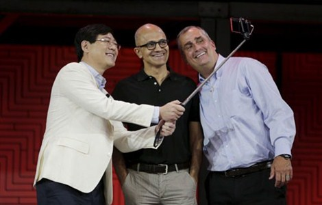 Lenovo Chairman and CEO Yang Yuanqing (left) takes a selfie with Microsoft CEO Satya Nadella (center) and Intel CEO Brian Krzanich at Lenovo Tech World in Beijing yesterday. — Reuters