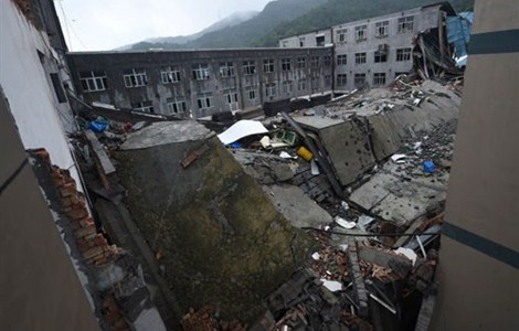 The debris of what was a shoe factory in Folong Village in east China's Zhejiang Province yesterday after the building collapsed on Saturday. The death toll rose to 12 yesterday after rescuers recovered three bodies.