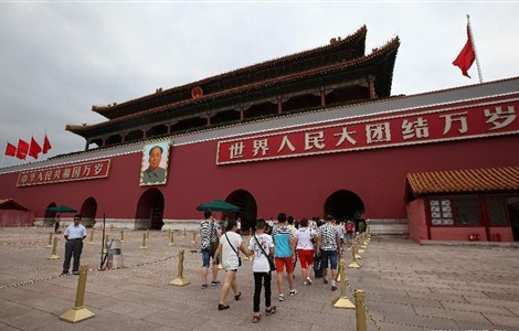 People visit the Tian'anmen Rostrum in Beijing, capital of China, July 31, 2015. The Tian'anmen Rostrum will be closed to the public from Aug.