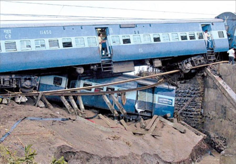 Indian Trains Derail In Floods Killing Up To 27 Shanghai
