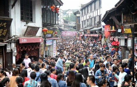 Tourists flock to Ciqikou ancient town in SW China