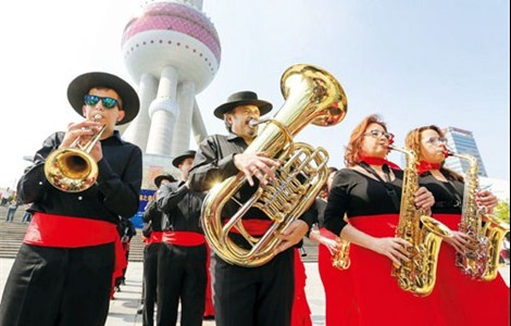 A wind band from Spain performs in front of Oriental Pearl TV tower in Shanghai yesterday. Other ensembles from China, Austria, Indonesia, Thailand and Hungary performed for the public at venues across the city as part of the 33rd Shanghai Spring International Music Festival.
