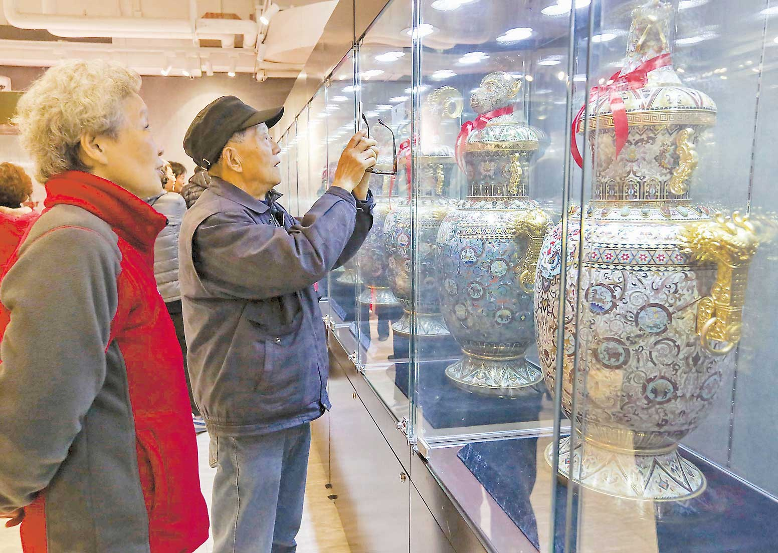 Cloisonne enamel artefacts make for a dazzling sight for visitors at Shanghai Dashijie amusement center yesterday. Masters are on hand to teach intangible cultural heritages. — Wang Rongjiang