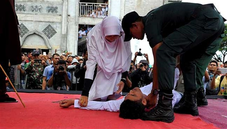 Man faints after Aceh sharia law caning