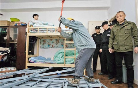 XUHUI District officials have cracked down on 37 illegal group-leasing apartments in Jiahui Plaza, a residential complex in Xujiahui area.Police found each of these apartments were housing from 20 to