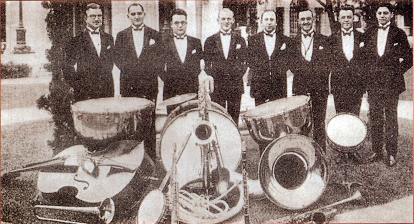 The Whitey Smith Jazz Band from the US was active at the Paramount in 1936 and 1937.