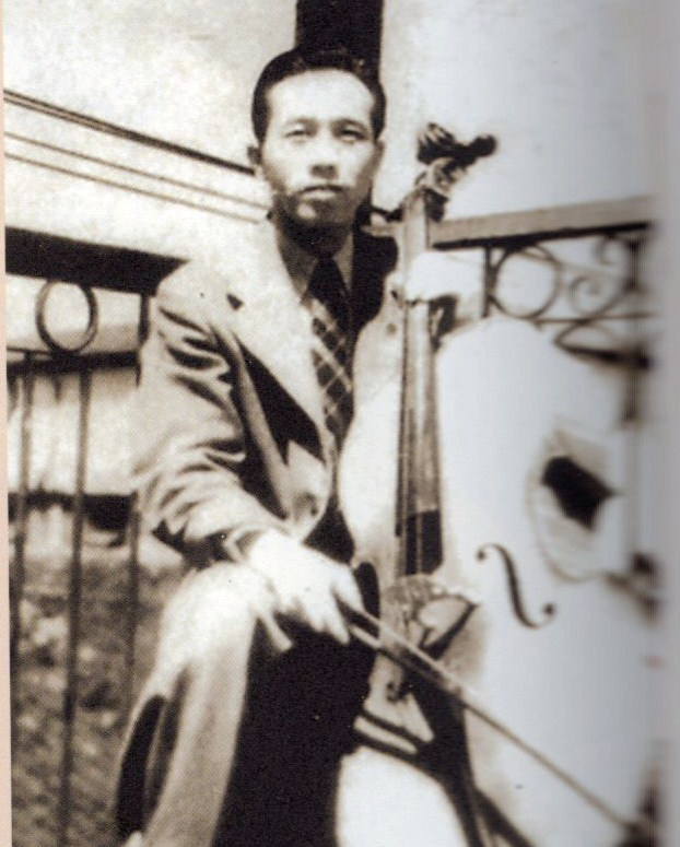 Bassist Zheng Deren is the sole survivor of the Jimmy King Band, a headline act at the Paramount from 1947 to 1952.