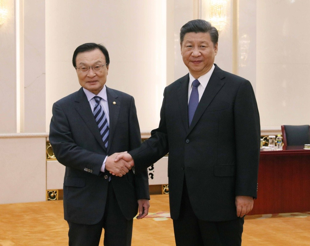 President Xi Jinping (r) meets with Lee Hae-chan, who is visiting China from Thursday to Saturday as ROK President Moon Jae-in\'s special envoy, today in Beijing. -- Xinhua