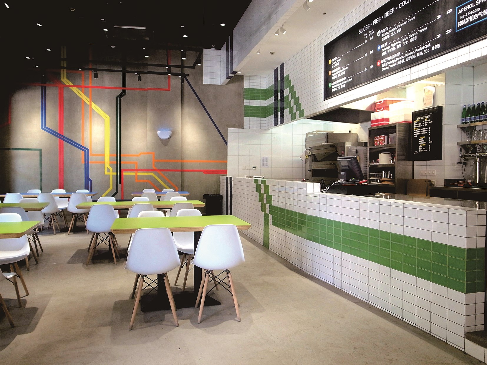 The interior graphics on the wall are inspired by the New York metro system and it gives off a relaxing vibe to have a quick bite.