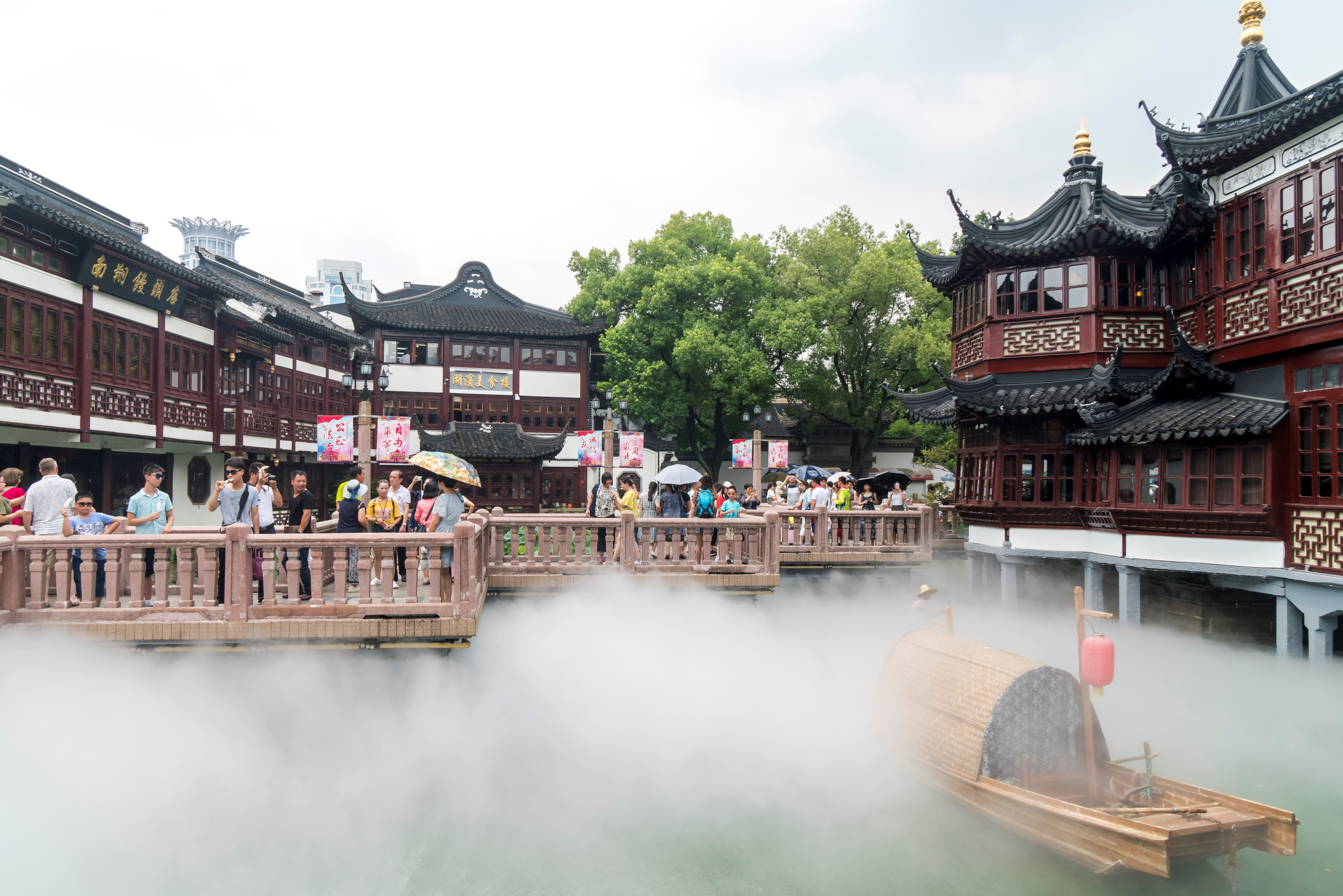 Mist sprayers offer cool respite for tourists in Yuyuan Garden in Shanghai on July 13, 2017. -- Imaginechina