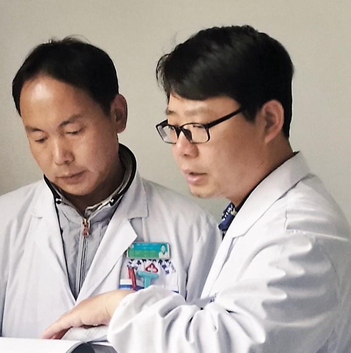 Zhu Jun (right)