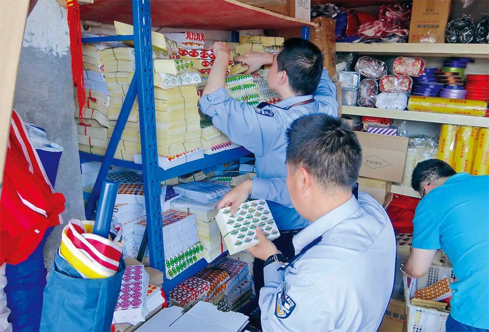 Police seize more than 2 million fake fruit brand stickers in raids in three districts. — Ti Gong