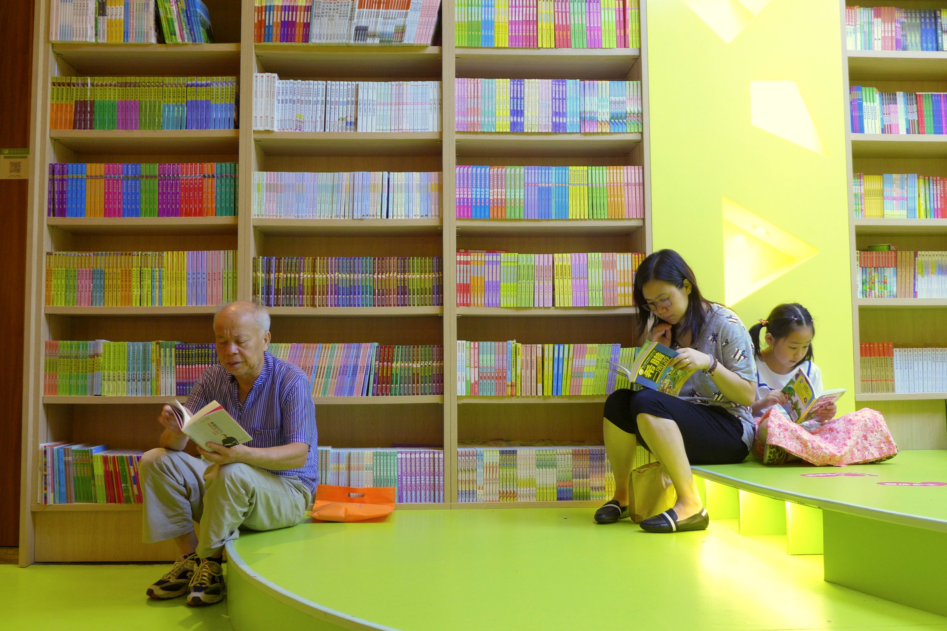 Local residents of all ages enjoy reading in bookstores. — Wang Rongjiang