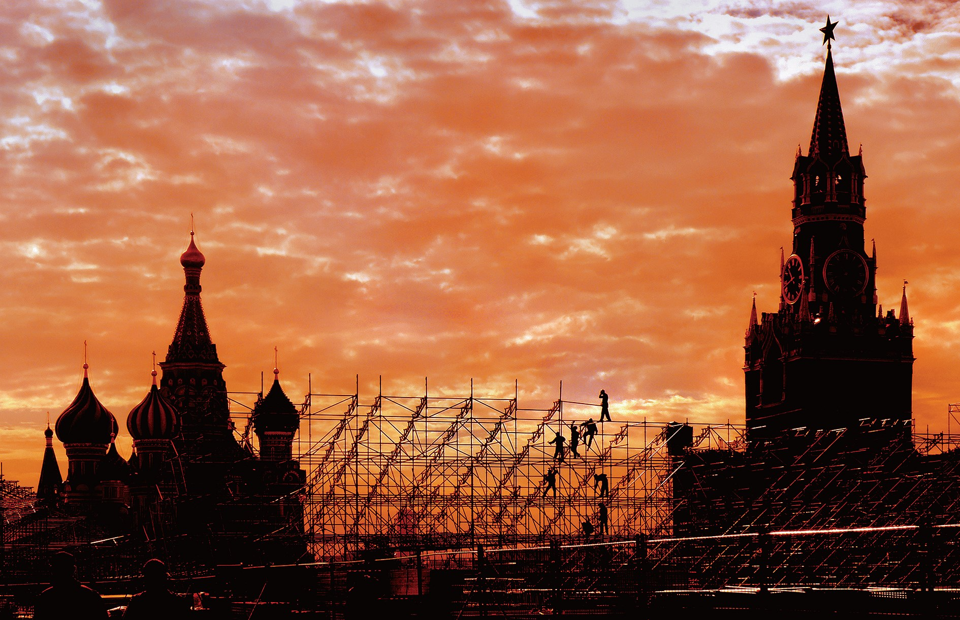 """The iconic Red Square in Moscow is pictured during sunset. """"Red tourism"""" has brought opportunities to both China and Russia. The Russian tourism authorities have launched """"red-themed"""" products for Chinese tourists. — Wang Rongjiang"""