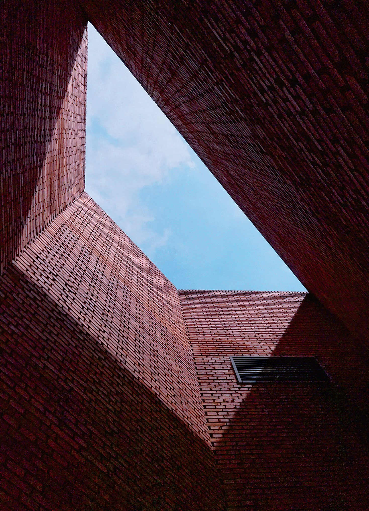 The designer of the Red Brick Art Museum has used an unique architecture language to construct a garden-style museum. — Photos by Zhu Jing
