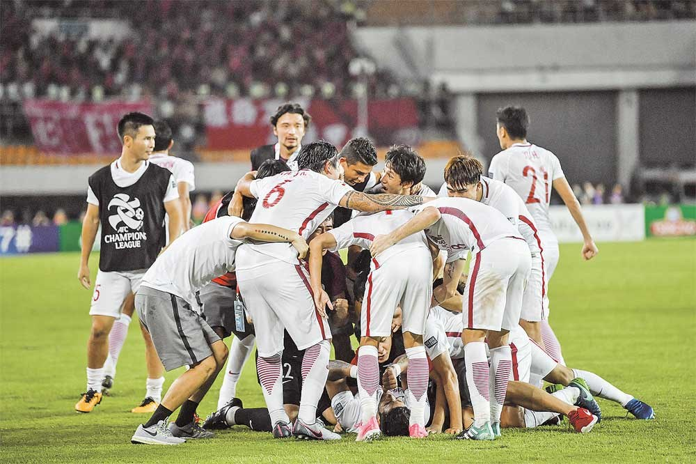 Jubilant Shanghai SIPG players react after the penalty shootout win over Guangzhou Evergrande during their AFC Champions League quarterfinal, second leg at Tianhe Stadium in Guangzhou, Guangdong Province, last night. SIPG won 5-4 on penalties after Guangzhou won the second leg 5-1, to tie the overall score at 5-5 after extra time, following its 0-4 first-leg loss in Shanghai. — IC