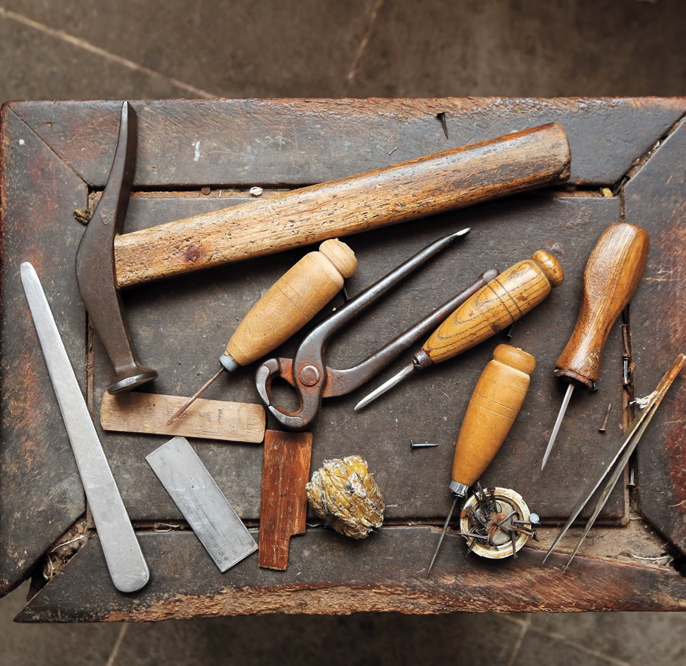 Yang Shenxi makes many of his tools himself. For example, the awl he uses is adapted from a pedicure knife.