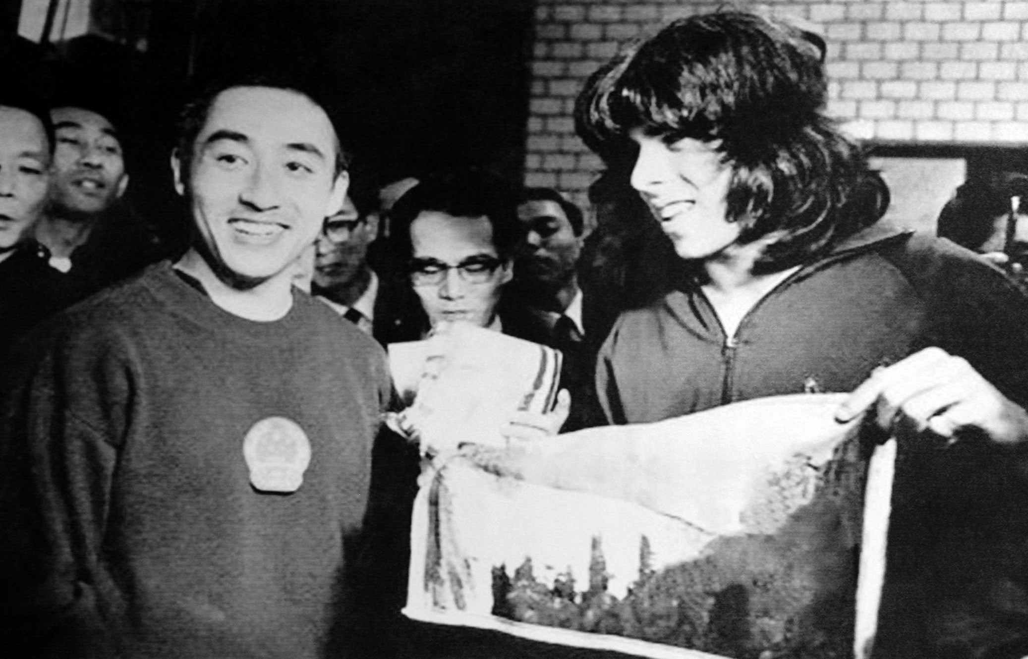 Late Chinese table tennis veteran Zhuang Zedong (left) exchanges a gift with an American player after a friendly match in China in the 1970s. — IC