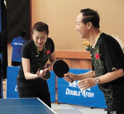 Young Chinese pingpong champion Ding Ning (left) pairs with a veteran for a friendly match with American players in the United Nations to celebrate the 45th anniversary of the Sino-US pingpong diplomacy.