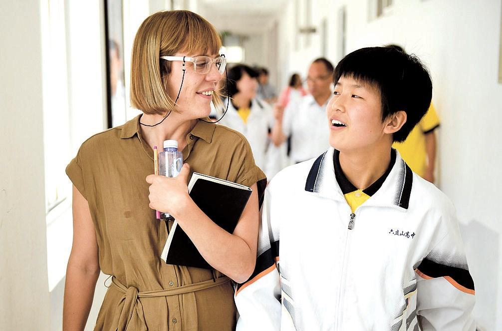 Xinhua reporter H. L. Bentley with Huang Shudi, a student from Liupanshan High School.
