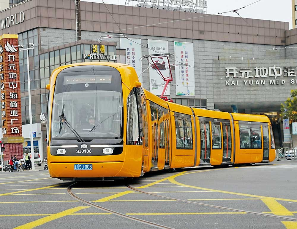 A tram passes in front of the Kai Yuan Med Shopping Center during a trial run of Shanghai's new tram line, the T2 in Songjiang District yesterday. Fifty local residents took part in the run covering four stops — Jiangxue Road, Xilin Road N. , Kai Yuan Med Shopping Center and Wenhui Road — over more than 2.5 kilometers. The district information office said the service from Canghua Road Station on T1 to Longma Road Station on T2 would be tested in early 2018. Both lines are expected to begin pilot operations in November next year. Shanghai revived its historic tram system in 2010 with the Zhangjiang Tram service, still the only line in operation. — Han Jiayi