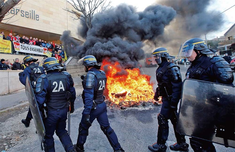 Striking French guards block jails
